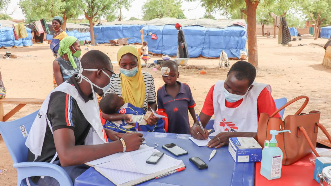 Mobile teams set up at a site for displaced people to take care of patients in Kongoussi, in the Centre-North of Burkina Faso following the closure or limited capacity of several health facilities during the pandemic. Credit: MSF